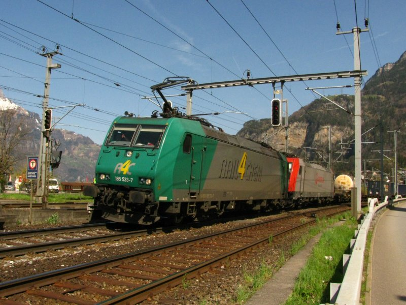 A Class 186 of R4C and a Veolia Class 186 with the VOS-Cargo train at Flüelen,10.04.2009