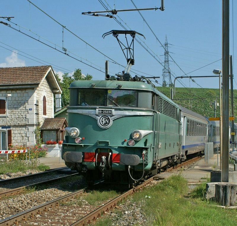 BB 25 236 in the old SNCF-olive-green with a TER to Lyon by Russin. 