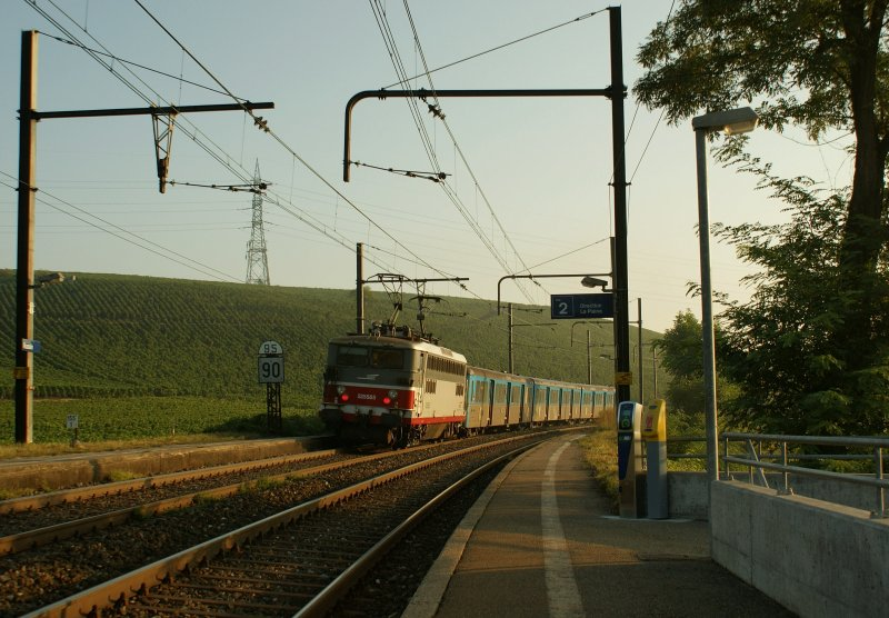 BB 25 585 with the morning local train to Genève by Russin. 
