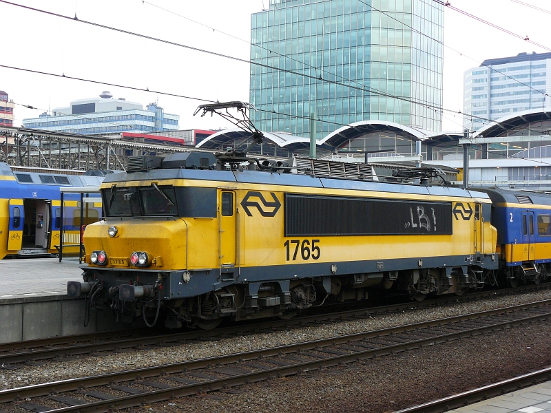 Pale locomotive 1765 pictured in Utrecht centraal station 23-10-2009.