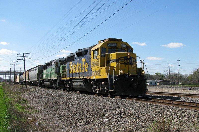 El juego de las imagenes-http://www.rail-pictures.com/bilder/the-bnsf-engines-2646-gp35-2096.jpg