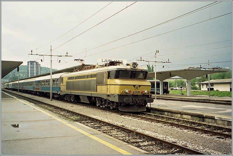 The Sz 363 004 With The International Overnight Train From Zurich To Zagreb Beograd By The Stop In Ljubljana Rail Pictures Com