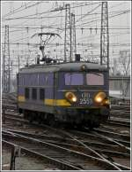 HLE 2553 is running alone through the station Bruxelles Midi on March 9th, 2008.