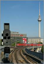 A DB 143 with RE on the  Berliner Stadtbahn by the Alexander Platz.