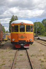 The diesel multiple unit YBO5p 888 on narrow gauge at the railway station in Virserum. In swedish the vehicle was called the »Date box« as dates in Sweden used to be soled in boxes with a front that wasn't flat. Date: 18. July 2017.