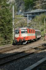 Re 4/4 II in the  swiss-express -colours with a Interregio by Flüelen.