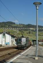 The Re 4/4 II in the green colours are rear: Re 4/4 II with a cargo train in Cully.