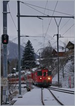 The MGB De 4/4 55 is arriving at Fiesch.