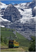 Two WAB Beh 4/8 are leaving the Wengeralp on the way to the Kleine Scheidegg.