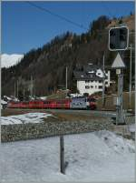 The RhB Ge 4/4 III with his Albula RE is leaving Bergün.