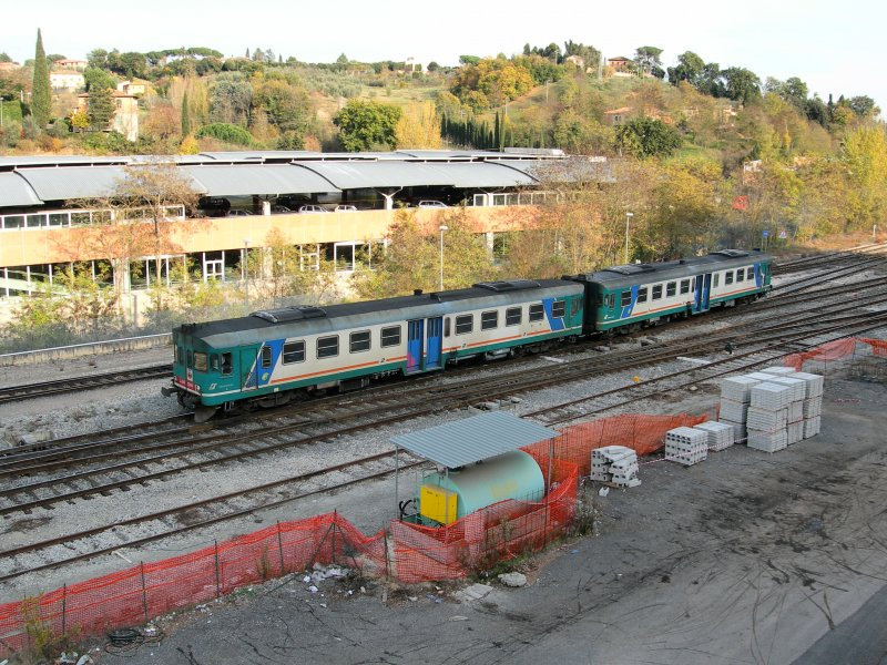 Tow Aln 668 are coming in from the south to the Siena station.