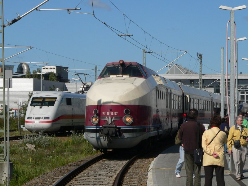 VT18.16.07 and an ICE-1-train in Berlin Rummelsburg, 2008